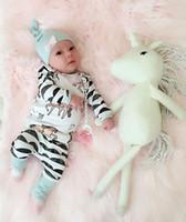 niña niños sombreros al por mayor-Newborn Kids Baby Boy Girl se adapta a la camiseta de manga larga con estampado de caballos + pantalones lindos + Sombrero 3pcs Trajes de arco para niños casuales a rayas Ropa caliente 0-24M