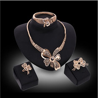 ingrosso gli orecchini della collana dell'oro fissano l'anello-Vendita online set di gioielli con farfalle vuote set di orecchini con bracciale con pietre preziose bianche anelli gioielli in oro 18 carati famiglia di quattro GTOMKS042