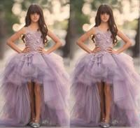 kinderkleid lavendel großhandel-Lavendel High Low Mädchen Pageant Kleider Puffy Spitze Applique Prinzessin Blumenmädchen Kleider Für Hochzeit Handgemachte Blumen Kinder Kommunion Kleider