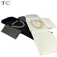 bolsa de rollo de exhibición de joyas al por mayor-Bolso negro / blanco del rollo de la joyería del cuero de la PU para el collar Organizador colgante de la caja Almacenamiento de la joyería Exhibidores portátiles 18 * 23.5cm