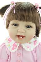 gerçek görünümlü kız bebekleri toptan satış-22 Inç Silikon Gülümseyen Reborn Bebekler Bebek El Yapımı Yenidoğan Kız Bebek Görünümlü Gerçek Bebek Reborns Çocuklar Doğum Günü Xmas Hediye