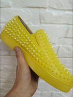 pisos de boda amarillo al por mayor-Nueva moda remache de cuero real para hombre y tachonado amarillo mocasines tachonado hombres boda charol zapatos de vestir planos 38-46