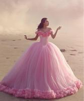 bolas de flores de color rosa caliente al por mayor-2016 vestidos de quinceañera Baby Pink Vestidos de bola fuera del corsé del hombro Venta caliente Dulce 16 vestidos de baile con flores hechas a mano