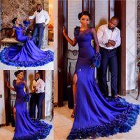 berühmtheit ein schulter langes kleid blau großhandel-Luxus Royal Blue Mermaid Abendkleider Side Split One Sheer Neck Ballkleider Lang Applikationen Feder Celebrity Party Kleider