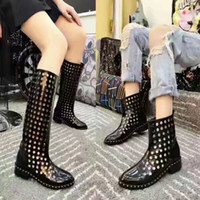 2017 Luxury Brand Leather Hollow Ankle / Half Boots Mulher Designer de moda Low Heel Confortável Deslizamento Slots On Boots Lady Shoes Caixa Original