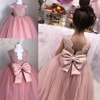 Barato Flor Da Festa De Casamento Da Bola Dos Arcos-2017 Flower Girl Dresses Vestido de baile Jewel Cap Sleeve Andar Comprimento Girl Restaurant Dresses Lace Applique Bow Sash For Wedding Party
