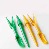 ingrosso figurine di plastica in miniatura-Carino plastica Punch Fork strumento fata giardino miniature mini gnomi moss terrari in resina artigianato figurine per la decorazione del giardino