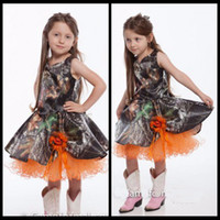 ingrosso vestiti arancioni di fiore di lunghezza del ginocchio-2020 Abiti da ragazza di fiori arancioni e mimetici Abito da bambina al ginocchio Abito da cerimonia per bambina Country Fashion con fiore fatto a mano