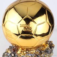 resina de hockey al por mayor-Globos de oro Premios Balón de Oro 2014 Jugador de fútbol del año Trofeo trofeo Resina Balón dorado 35cm Tamaño completo