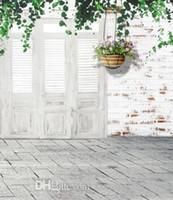 hölzerne hochzeit kulissen großhandel-Weiße Backsteinmauer-hölzerne Tür-Kinder, die Hintergründe 5X7ft für Foto-Studio-Stützphotographie-Vinylhintergründe Wedding sind