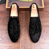 zapatos de boda rhinestone al por mayor-Nuevo estilo Strass Men Mocasines Negro Suede Tiger Rhinestones Zapatillas de fiesta de la boda zapatos de vestir de la borla pisos de los hombres Leathe genuino Z268