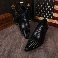 Zapatos de cuero genuino hecho a mano punta Toe Mans remaches Oxfords Lace-Up zapatos de negocios Zapatos de vestir Classic Male Wedding Black White