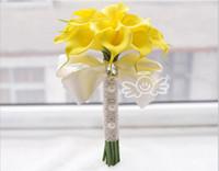 ramos amarillos al por mayor-Calla Lily Bridal Bouquets Amarillo y Blanco Dos colores a la venta Wedding Flowers Ramo de Dama de honor con encaje Charming Flower Decorations