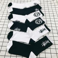 ingrosso calzini da atleta-Ama la moda Stock Crew Socks Fashion Brand Hip Hop Donna Sockings da uomo Black White Sockings Lettera Sports Socks Athletes Gamba Stripe Socks