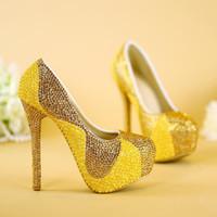 elmas yapay elmas düğün ayakkabıları toptan satış-Inci ve Altın Rhinestone ile yeni Sarı Düğün Ayakkabı El Yapımı Köpüklü Kadınlar Gelin Elbise Ayakkabı Parti Balo Topuklu Pompalar