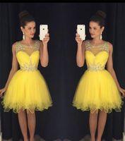 ingrosso vestito di promenade giallo a ginocchio-2019 New Yellow Short Homecoming Dresses Sheer Neck Crystals Beads Modest Green economici Lunghezza del ginocchio Prom Cocktail Party Gowns Immagini reali