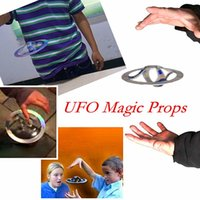 Barato Pires Mágicos-UFO Floating Toy Saucer Truques mágicos Flying Disk Amazing brinquedos flutuantes Magic Spinners Flying Toys OOA2818