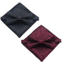 schwarzer anzug taschentuch großhandel-Black Burgundy Printed Männer Fliege hohe Qulity BowTie Einstecktuch Taschentuch Anzug Set Bräutigam Hochzeit Zubehör Fliege Taschentuch Set