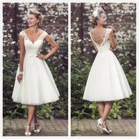çay uzunluğu gelinli boncuklu elbise toptan satış-Vintage 50'in Kısa Dantel Gelinlik V Boyun Tül Aplike Çay Boyu Boncuklu Bir Çizgi Düğmeler Ile Gelin Gelinlikler elbiseler de marié