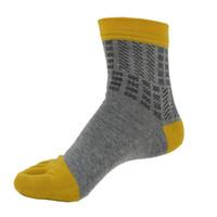 носки среднего пальца оптовых-Wholesale-Practical Design 2016 New Hot 1 Pair Men Middle Tube Sports Running Five Finger Toe Socks Free Shipping&Wholesale