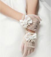 blumenmädchen elfenbein beige kleid großhandel-Kinder Elfenbein Handschuhe Perle Blume Bogen Knoten Fingerhandschuhe für Blumenmädchen Kleid Kind Mädchen Fäustlinge Kinder Hochzeit Zubehör One Size