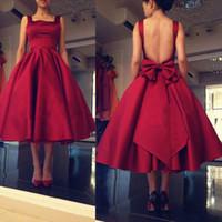 longitud del té vestidos de escote cuadrado al por mayor-Vestidos de fiesta rojos pequeños Satén rojo Escote cuadrado Vestidos de noche sin espalda atractivos con arco Longitud de té Volantes Vestidos de fiesta formales