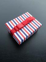 streifen geschenkbox großhandel-[Simple Seven] Streifen Farbe Armband Box / Festival Ohrring Case / bunte Anhänger Display / Special Gift Schmuck Box mit Band (klein)