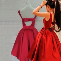 vestidos de regreso a casa al por mayor-2016 Lovely Red Homecoming vestidos cortos vestidos de fiesta de baile Bateau escote sin mangas de raso vestido recortado abierto con arcos por encargo