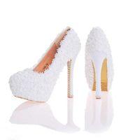 mavi çiçek kız ayakkabıları toptan satış-Dantel Çiçek Düğün Ayakkabı Güzel El Yapımı Kadınlar Yüksek Topuklu Kız Parti Balo Gelin Ayakkabıları Beyaz Pembe Siyah Mavi Renk Pompalar