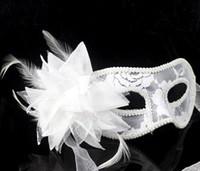 máscaras de máscara de penas brancas venda por atacado-2017 venda quente sexy preto branco vermelho mulheres de penas veneziano máscaras de máscaras para uma bola mascarada rendas flor máscaras 3 cores