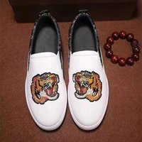 Barato Couro Branco Couro Calçado Homens-Embroidery Tiger Men Loafers Real Leather Sapatos Moda New 2018 Mens Casual Shoes Slip on Boats White Black