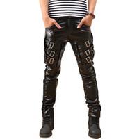ingrosso moda coreana maschile hip hop-All'ingrosso-Nuovo arrivo Mens coreano moda punk pantaloni in similpelle PU fibbie Hip Hop Applique in pelle nera pantaloni maschili