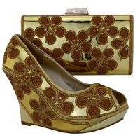 talons dorés fleurs achat en gros de-Belles pompes de dames avec une belle décoration de fleurs de rhinestome chaussures africaines et ensemble de sac à main haut talon 10,5 CM chaussures 1308-L74 or