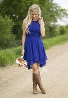 vestidos de color coral al por mayor-Vestidos de cóctel de colores personalizados Country Westen Vestidos de dama de honor cortos de gasa con pliegues Vestidos de dama de honor de longitud de rodilla Match Cowboy Boots