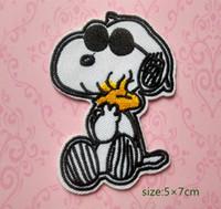 ferro applique cão venda por atacado-Snoopy Cão Bonito Vestindo Óculos De Sol Woodstock Bordado Ferro No Remendo Applique Camisa Dos Desenhos Animados Brinquedo Das Crianças Presente do bebê Decorar a Individualidade 10 pc