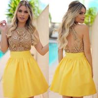 dubai sarı elbiseler toptan satış-2017 Zarif Illusion En Küçük Sarı Mezuniyet Elbiseleri Jewel Boyun Boncuklu Aplikler Sheer Backless Arapça Dubai Kısa Balo Parti Abiye
