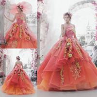 vestido de novia de flores fruncido de organza al por mayor-Los vestidos de boda coloridos más nuevos con las flores hechas a mano Organza anaranjado sin tirantes del vestido de bola Vestidos nupciales acanalada sin respaldo de la boda Vestidos