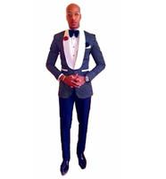 one button white blazer men toptan satış-Toptan-2017 Groomsmen Lacivert Damat Smokin Şal Beyaz Yaka Erkekler Bir Düğme Düğün En İyi Adam Blazer Suits (Ceket + Pantolon + Kravat) Z208