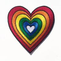sevimli dikiş yamaları toptan satış-Sevimli Karikatür Renkli Gökkuşağı Kalp Yama Demir-On Veya Dikmek-Nakış Yama Çok Renkli Kalp 2.75 INÇ Ücretsiz Kargo