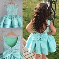 Vestido de baile curto encantador de flor Vestidos de meninas de flor para casamentos Appliques Beads Backless Girls Dress Up Dressing Bow Satin Kids Party Dress