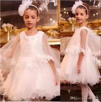 çiçek kıza cape white toptan satış-2018 Güzel Beyaz Prenses Çiçek Kız Elbise A Hattı Dantel Aplike Pelerinler Çocuklar Diz Boyu Düğün İlk Communion elbise Giyer
