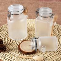 ahşap mantar şişeleri toptan satış-100g 200g 300g Mühür Banyo için Tuz Şişe Plastik Şişe Cork ve Ahşap Kaşık Maske Toz veya Kozmetik Krem