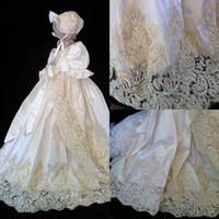 la meilleure robe de baptême achat en gros de-Les robes de baptême de dentelle de vente pour les filles de bébé à manches courtes en cristal appliques de baptême avec Bonnet première robe de communication