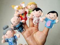 oyuncak hikayesi sahne toptan satış-Peluş Parmak Kukla Aile 6 adet Set, Peluş Karikatür, Çocuklar Için El Yapımı kuklalar Eğitim Hikayesi Teller / Talking Sahne