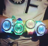 relógios de borracha venda por atacado-Relógios de pulso da luz do diodo emissor de luz Borracha plástica dos relógios da forma de Genebra Relógios de pulso da pedra de cristal do silicone Pulso de quartzo para amantes