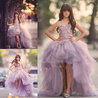 robe violet achat en gros de-Lavender High Low Girls Pageant Robes Lace Applique sans manches Flower Girl Robes pour mariage Purple Tulle Puffy Kids Communion Dress