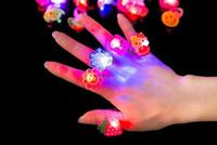 parlayan oyuncak çizgi film toptan satış-LED Işıklı Oyuncaklar Parlayan Parmak Yüzük Karikatür Renk Değiştiren LED Işık Küçük Halka Parti Konser Oyuncaklar Süslemeleri Hediyeler Ücretsiz Kargo
