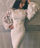robes de cocktail de fleurs à la main achat en gros de-2017 gaine robes de bal avec bijou décolleté longue illusion manches bouffantes longueur au genou 3D appliques perles à la main fleurs robes de cocktail