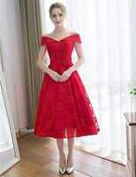 kırmızı düğün kanadı toptan satış-Kırmızı Dantel Gelinlik Giydirme Bir çizgi Ucuz Çay Boyu Düğün Konuk Elbise Off-Omuz Sevgiliye Kolsuz Dantel-up Geri Saten Kanat