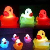 banyo lambaları toptan satış-Lastik Ördek Banyo Yanıp Sönen Işık Oyuncak Otomatik Renk Değiştirme Bebek Banyo Oyuncakları Çok Renkli LED Lamba Banyo Oyuncakları